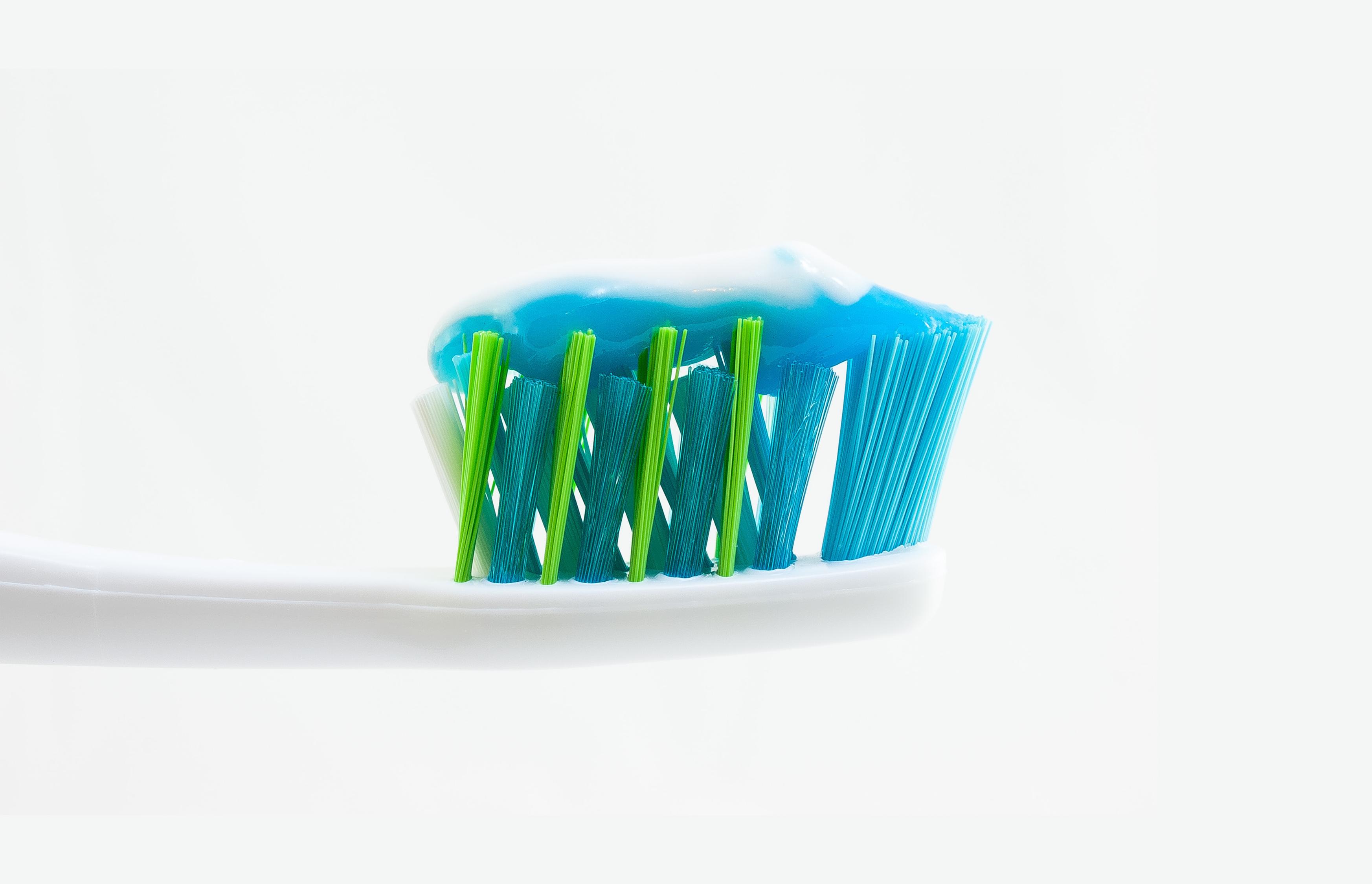 5 péssimos costumes que podem estragar sua escova de dentes