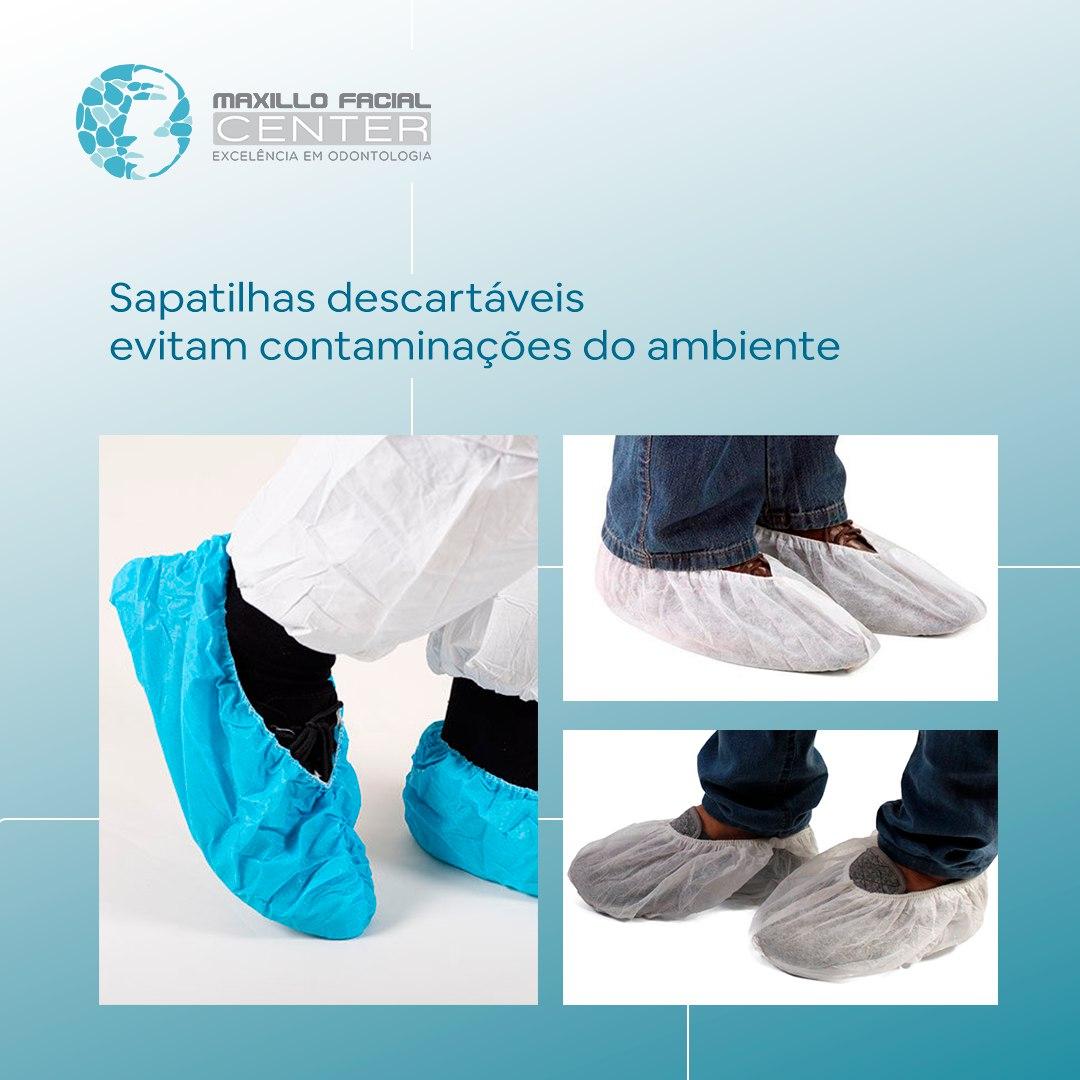 Sapatilhas descartáveis evitam contaminações do ambiente.