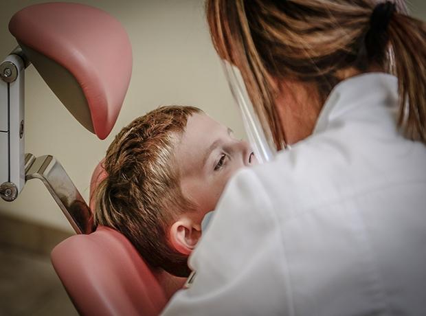 Tratamento da cárie no dente de leite evita problemas nos permanentes